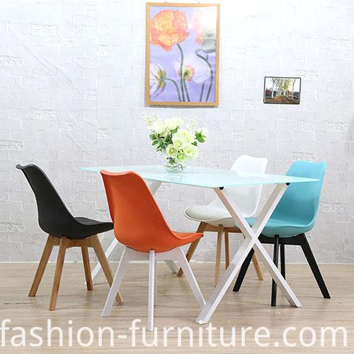 चीन रंगीन लकड़ी के पैर चमड़े के असबाब डाइनिंग कुर्सी निर्माता