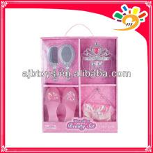 El juguete determinado de la muchacha, decoración compone el sistema, los juguetes de los zapatos, el juguete de la corona, el juguete del espejo, el juguete del peine y el bolso