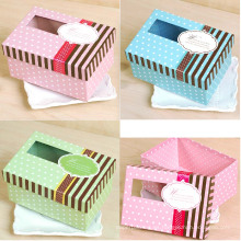 Pequeña caja de embalaje de regalo con ventana transparente