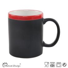Taza cambiante de cerámica de 11oz. Etiqueta negra con borde rojo