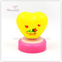Lumière jaune de poussée de forme de coeur