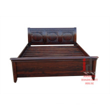 Cama de madera oscura
