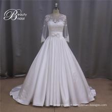 Vestido de noiva de cetim manga longa à direita
