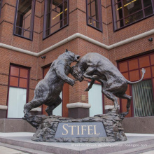 große kupferne Skulpturen im Freien Metallhandwerk tragen Stier-Statue