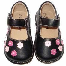 Schwarze Kleinkind Mädchen quietschende Schuhe mit kleinen rosa Blumen