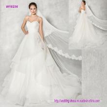 Luxus-Ballkleid-Hochzeits-Kleid mit Schichten der weichen Tulle-Kaskade zum Fußboden