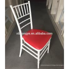 Empilement en résine blanche tiffany chiavari chaise avec coussin rouge