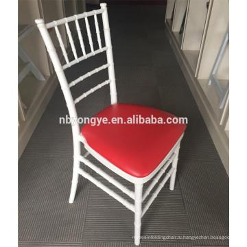 Белая смола укладки Тиффани chiavari стул с красной подушке