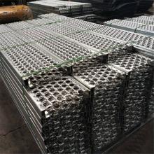 Промышленные ступеньки с решетчатой металлической решеткой