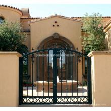 Diseño de puertas de entrada de hierro forjado para la casa privada.