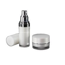 L'ensemble rond comprend une bouteille et un pot de lotion en acrylique