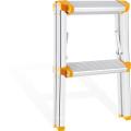 Escalera de aluminio con pasamanos.
