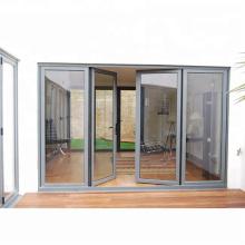 Porte battante en aluminium à l'intérieur