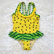 Kleine Mädchen scherzt hallo Miezekatze-Badebekleidung
