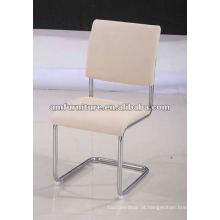 Cadeira de jantar moderna com assento e encosto em PU e moldura cromada