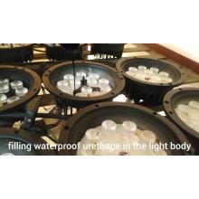 La preuve de l'eau conduit vers le bas du paysage léger sous le sol