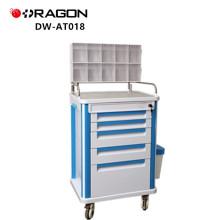 Doktor oder Krankenschwester, die Krankenhaus-medizinischen Wagen mit Fach-Anästhesie-Laufkatze verwendet