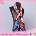 Écharpes de soie de dames de sergé carré d'impression faite main d'écran
