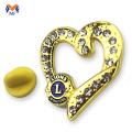Distintivo de saco de metal dourado de forma de coração
