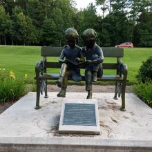 escultura de decoração de jardim metal artesanato crianças escultura bronze no banco