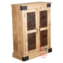Cabinet en bois avec sculpture