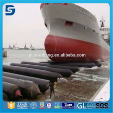 Plataforma flotante de pontones para el lanzamiento de embarcaciones