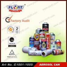 La mano al por mayor sostiene las latas vacías del aerosol de aluminio del aerosol