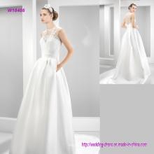 Blusa de encaje precioso y vestido de novia de satén traslúcido con tren de barrido