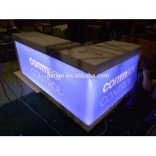 réception d'exposition modulaire en bois avec effet d'éclairage pour le salon