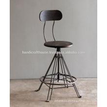 Reposapiés de metal industrial y silla alta