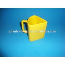 Taza de porcelana de forma especial con esmalte de color amarillo