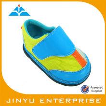 El bebé azul del pavo real ganó el zapato