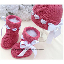 Bebê quente bonito que faz malha a sapata de bebê do teste padrão