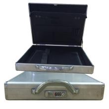 Caja de herramientas de aluminio simple con cerradura codificada y bolsillos pequeños