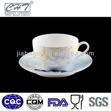 A071 Tasse et soucoupe royale en porcelaine