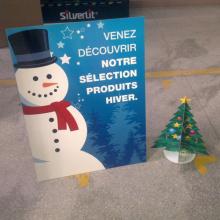 Superficie de muñeco de nieve ondulada Standee, muestra de cartón Stand para la promoción