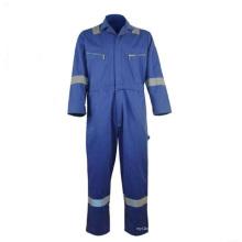 Ropa de trabajo de protección industrial repelente al agua y al aceite.