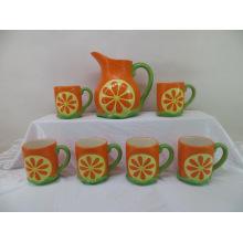 Jarra de cerámica de dibujo de mano con la taza