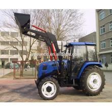 Tracteur à quatre roues avec chargeur frontal