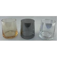 Copo de vidro de uísque em placas com cinza esfumaçado