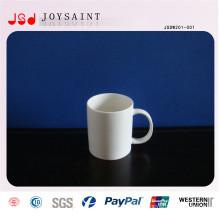 Taza de porcelana blanca común con forma diferente