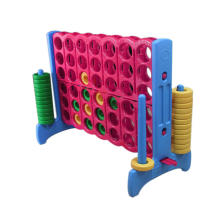 Brinquedos educativos quatro em uma fileira ao ar livre