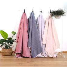 Le lit léger et respirant de la climatisation jette une couverture