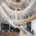 Araña de cristal de arte moderno en vestíbulo de Big Hotel