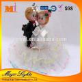 La mariée et la décoration de gâteau de mariage de l'époux