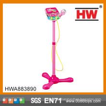Las muchachas calientes de la venta juegan el sistema plástico del micrófono