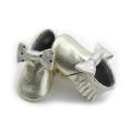 Neue Arten Metallgoldbogen-Mädchen-Baby-Mokassins