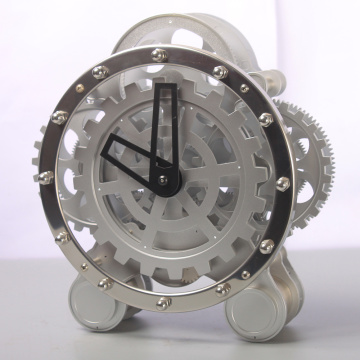 Gear à côté de l'horloge de table blanche