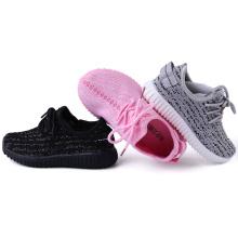 Fördernde Kinder beiläufige schnüren sich oben Schuhe