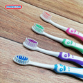 Use un cepillo de dientes de nylon natural para niños